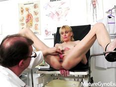 Невозмутимая сиськастая блондинка оттрахана на приёме у гинеколога
