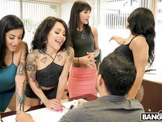 Четыре похотливые тёлки соблазнили мужика на секс в рабочем кабинете
