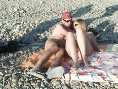 На берегу тёплого моря занимаются групповым сексом русские свингеры