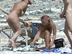 Две сисястые русские женщины занялись свинг сексом на морском пляже