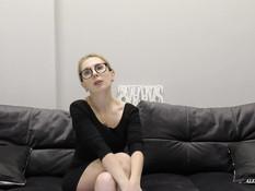 Грудастую зрелую блондинку отымели в рабочий анус на порно кастинге