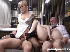 Молодая пара занимается свинг сексом со своими пожилыми приятелями