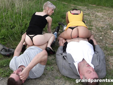 Две парочки свингеров в лесу занимаются групповым сексом на траве