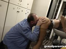 Молодая блондинка и зрелая женщина трахаются с мужиком на свинг пати