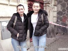 Пикапер оттрахал двух темноволосых близняшек с маленькими сиськами