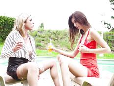 Лесбийский секс молодой шатенки и татуированной грудастой блондинки