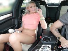 Молодая татуированная блондинка оттрахана в автомобиле и в квартире