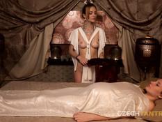 Умелая массажистка доводит до оргазма грудастую беременную брюнетку