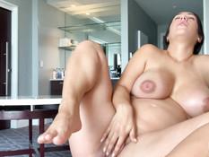 Беременная брюнетка ласкает свою большую грудь и мастурбирует клитор