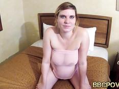 Темнокожий мужик трахает на кровати пышногрудую беременную блондинку