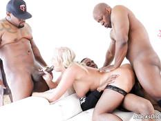 Трое негров отпердолили во все щели ненасытную пышногрудую блондинку