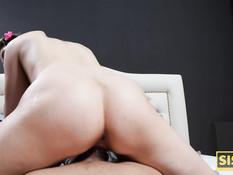 Худая русская девка залезла в постель к брату и занялась с ним сексом
