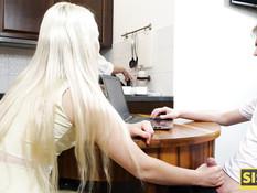Худая русская блондинка сосёт на кухне и ебётся с парнем на кровати
