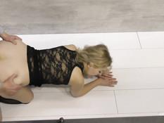 Горячая украинская блондинка с большой грудью ебёт мужчину на столе