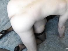 Сиськастая зрелая блондинка в чёрном белье сосёт член и даёт в анал