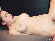 Сисястая блондинка мастурбирует киску подсматривая за сексом сестры