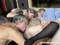 Похотливая дама и сисястая девчонка ебутся с мужиками на свинг пати