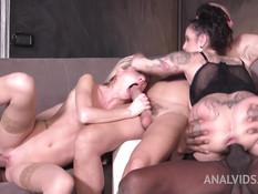Две татуированные девушки ебутся с тремя мужиками в клубе свингеров
