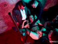 Блондинка в чёрных чулках занялась анальным сексом с тремя мужиками