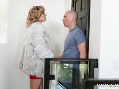 Ненасытная сиськастая любовница трахается с мужиком когда жена дома