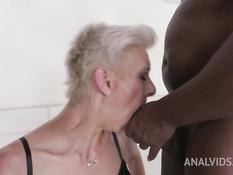 Зрелая коротко подстриженная блонда отпердолена в анал двумя неграми