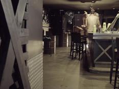 Четверо татуированных голубых мужчин занялись групповым сексом в баре