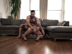 Двое татуированных мускулистых геев занимаются любовью на диване