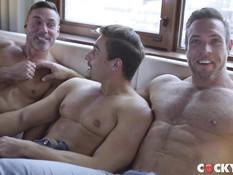 Трое мускулистых голубых мужчин занимаются любовью на большой кровати