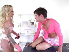 Госпожа блондинка в розовом латексном белье отодрала раба страпоном