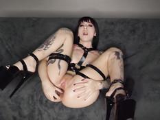 Татуированная девушка вставляет в анус толстый фаллос и свою ладонь