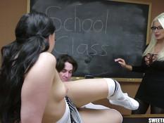 Очкастая блондинка заставляет парня оттрахать темноволосую студентку