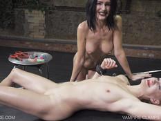 Жестокая госпожа брюнетка с большой грудью наказала рабыню блондинку