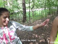 Молодые свингеры занимаются страстным групповым сексом в лесной чаще