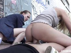 Молодая парочка на улице занимается свинг сексом со зрелыми друзьями