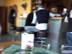 Свинг секс в туалете кафе двух молодых семейных пар и трёх девчонок