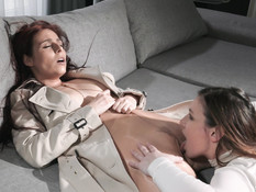 Лесбиянка в колготках трахает рыжую любовницу безремневым страпоном