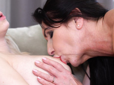 Пожилая пышногрудая лесбиянка занимается любовью с юной блондинкой