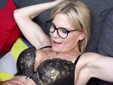 Очкастая русская дама с большими титьками отпердолена в киску и анус