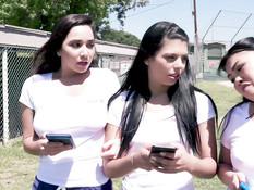 Три развратные студентки заманили тренера в раздевалку и оттрахали