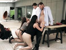 Сисястая брюнетка и сексуальная шатенка трахаются с двумя мужчинами