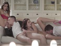 Парни оттрахали на диване и забрызгали спермой двух красивых девушек