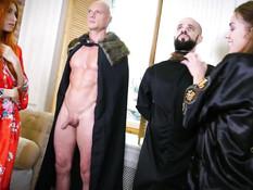 Две ненасытные русские сучки отпердолены мужчинами в письки и анусы