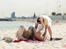 Две юные русские блондинки отпердолены двумя парнями в киски и анус