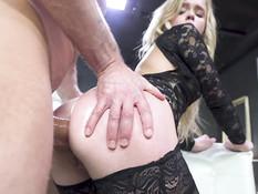 Гибкая русская блондинка с большой грудью отпердолена в киску и анус