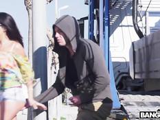 Лысый мужик отодрал на улице и обкончал сисястую темноволосую шалаву