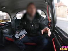 Пышногрудая зрелая таксистка трахается с пассажиром на заднем сиденье
