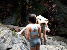 Зрелая светловолосая лесбиянка ебётся с молодой шатенкой у водопада