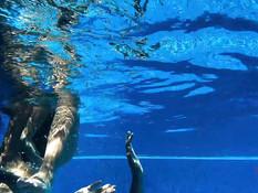 Зрелая светловолосая жена и молодая любовница ебут парня в бассейне