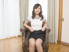 Милая японская девушка оттрахана на кровати в чисто побритую писечку