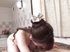 Сексуальная японская невеста с большими сисями трахает своего жениха